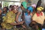 Sur le marché de Basankusu, RDC, Geneviève, Casquette verte, avec des vendeuses de viande de brousse.