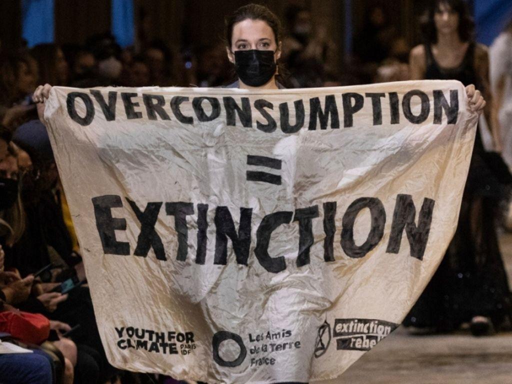 Les militants écologistes s'emparent de la Fashion Week à Paris